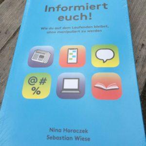 Buch 'Informiert euch!' von Nina Horaczek und Sebstian Wiese